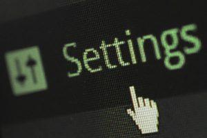 Mauszeiger auf Bildschirm mit dem Wort Settings